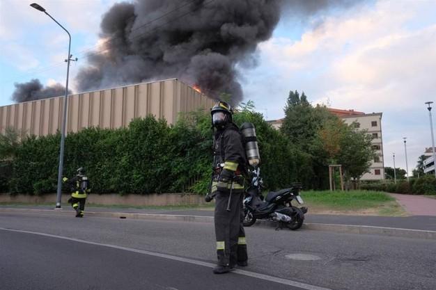 Milano, incendio in un impianto di stoccaggio rifiuti in via Senigallia