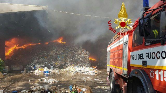 Pomezia: grosso incendio in deposito rifiuti. Possibili rischi per salute ed ambiente
