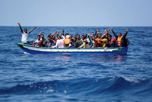 Migranti: la Sea Watch con 221 migranti a bordo verso la Sicilia, riecco la Rackete